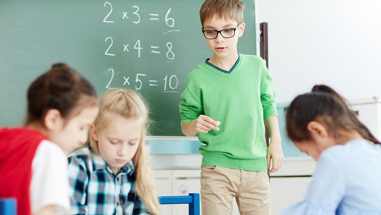 дети учат таблицу умножения