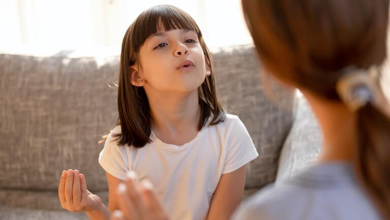 девочка выговаривает буквы и звуки