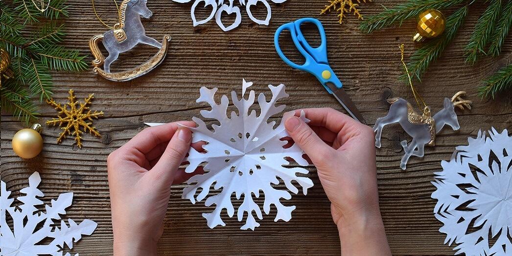 Как вырезать новогоднюю снежинку из бумаги
