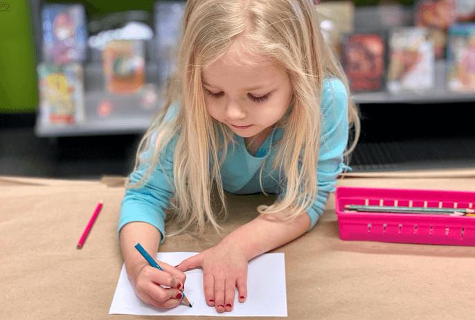 ребенок пишет цифры и буквы
