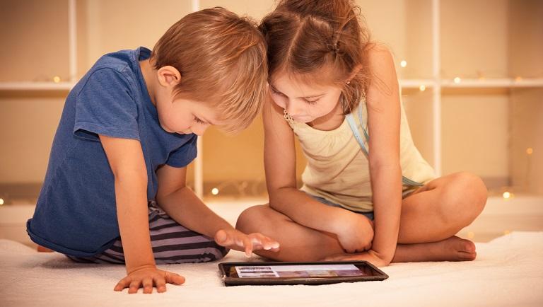 дети смотрят мультик на планшете