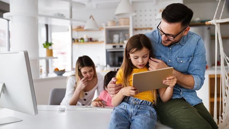 дети учатся дома с родителями