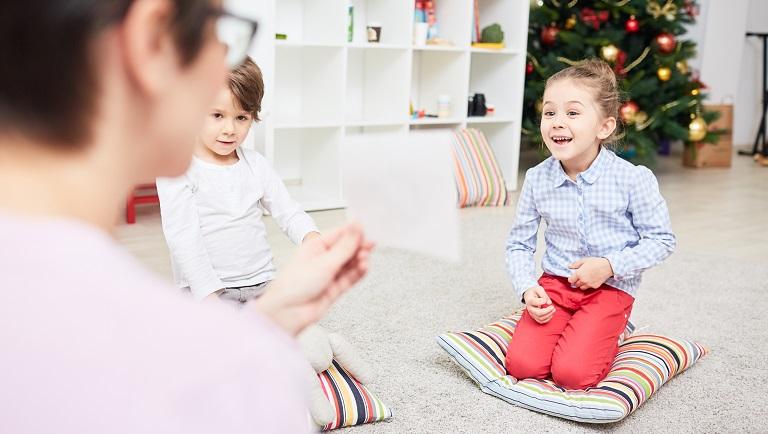 дети учатся по карточкам домана
