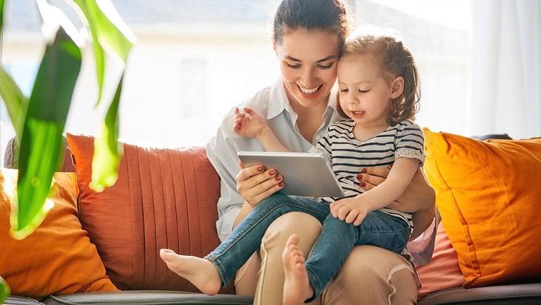 девочка с мамой смотрит мультфильм на планшете