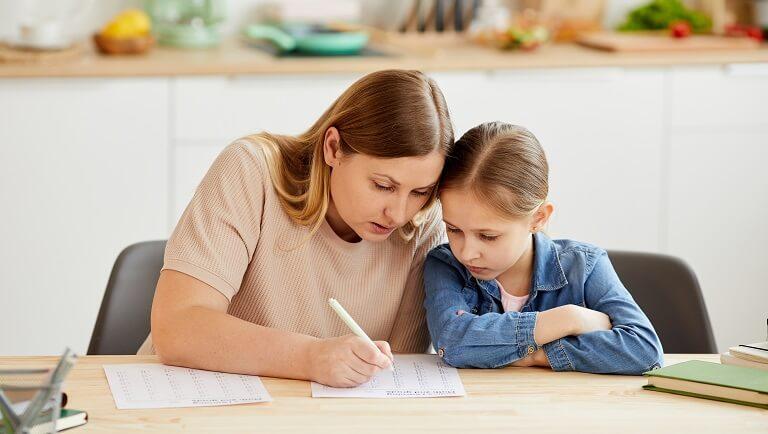 мама занимается с ребенком на семейном обучении