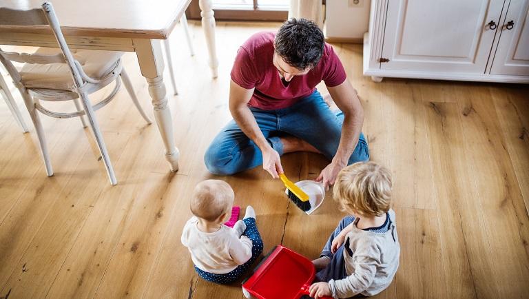 отец учит детей самостоятельно убираться