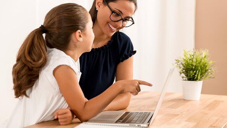ребенок учится дома с репетитором