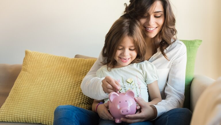 ребенок учится копить деньги