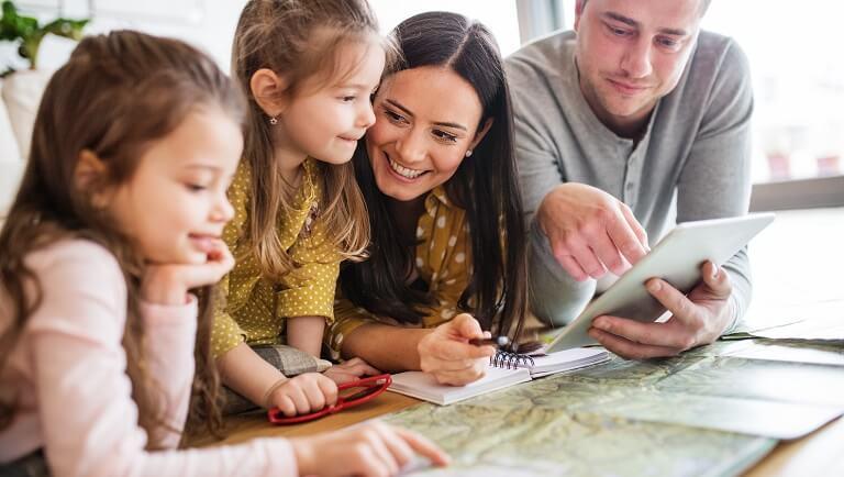 родители занимаются с детьми-дошкольниками