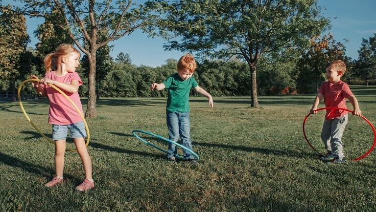 ребенок играет с друзьями